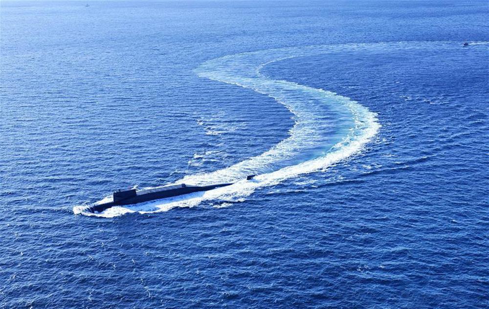 配图3 海军某新型战略核潜艇向某海域航渡。 新华社发(胡锴冰 摄).jpg